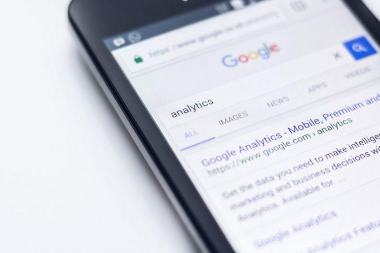 Asysten Google odczytuje wiadomości z telegrama, whatsapp, slack